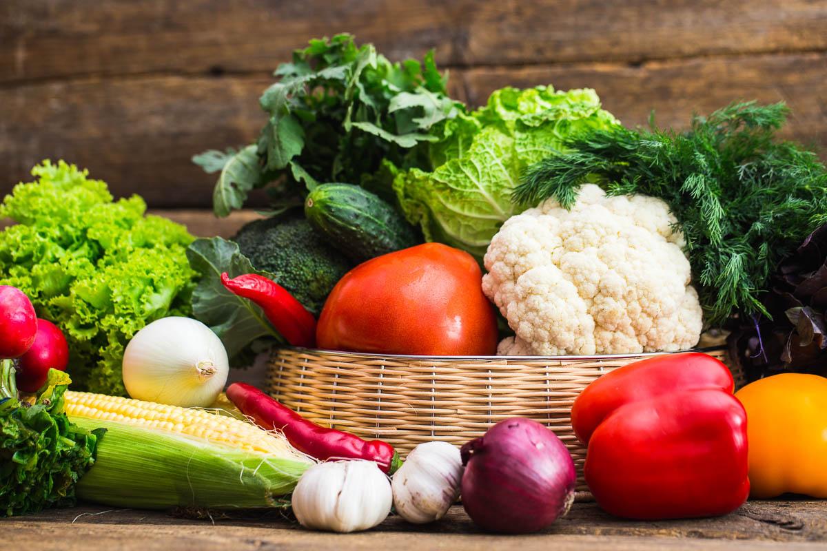 Korb mit verschiedenem Gemüse