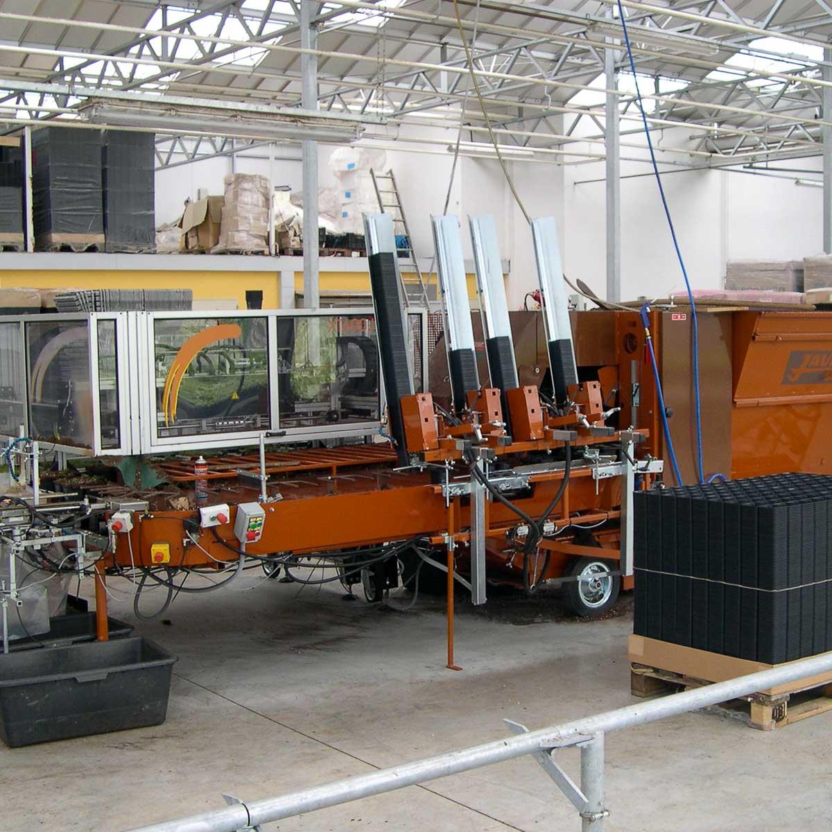 Betriebsansicht Helix Pflanzen GmbH / Müller Gartenbau KG - Topfmaschine und Pikierroboter